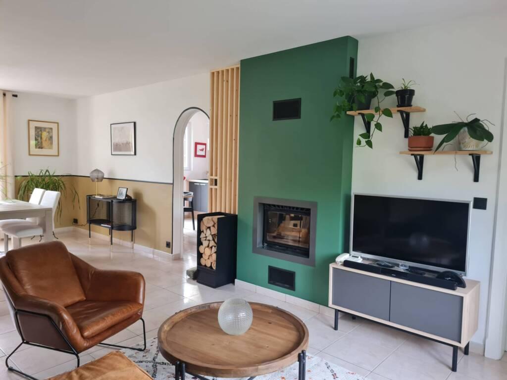 Décoration salon avec cheminée, soubassement ocre et noir, style classique - A.L CONCEPT DECO Landes&Pays Basque