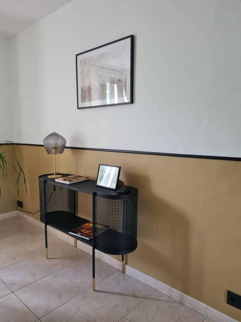 Décoration soubassement ocre et noir, buffet e lampe laiton - A.L CONCEPT DECO Landes&Pays Basque
